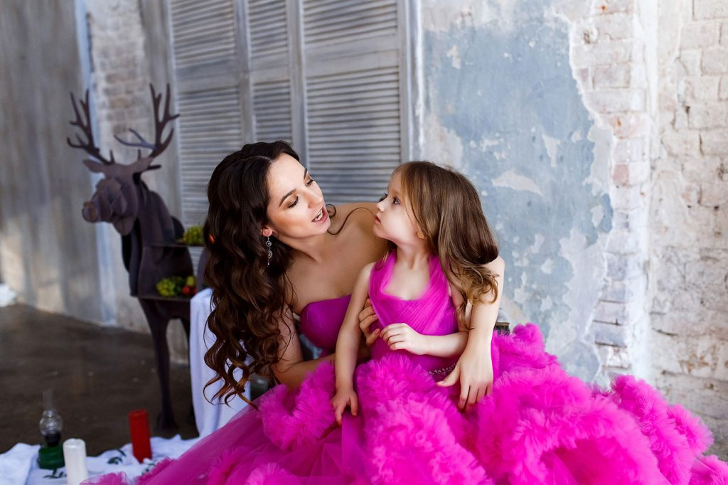 Мама и дочка в розовых платьях