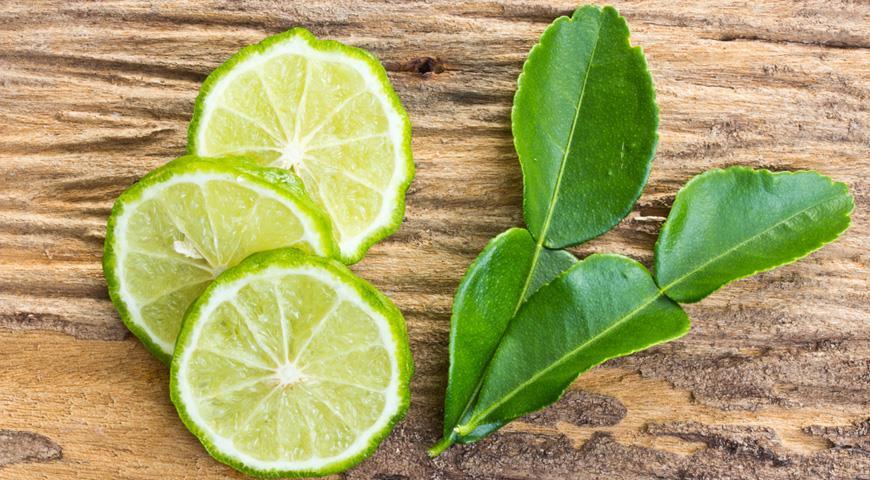 Каффирский лайм, нарезанный плод и листья
