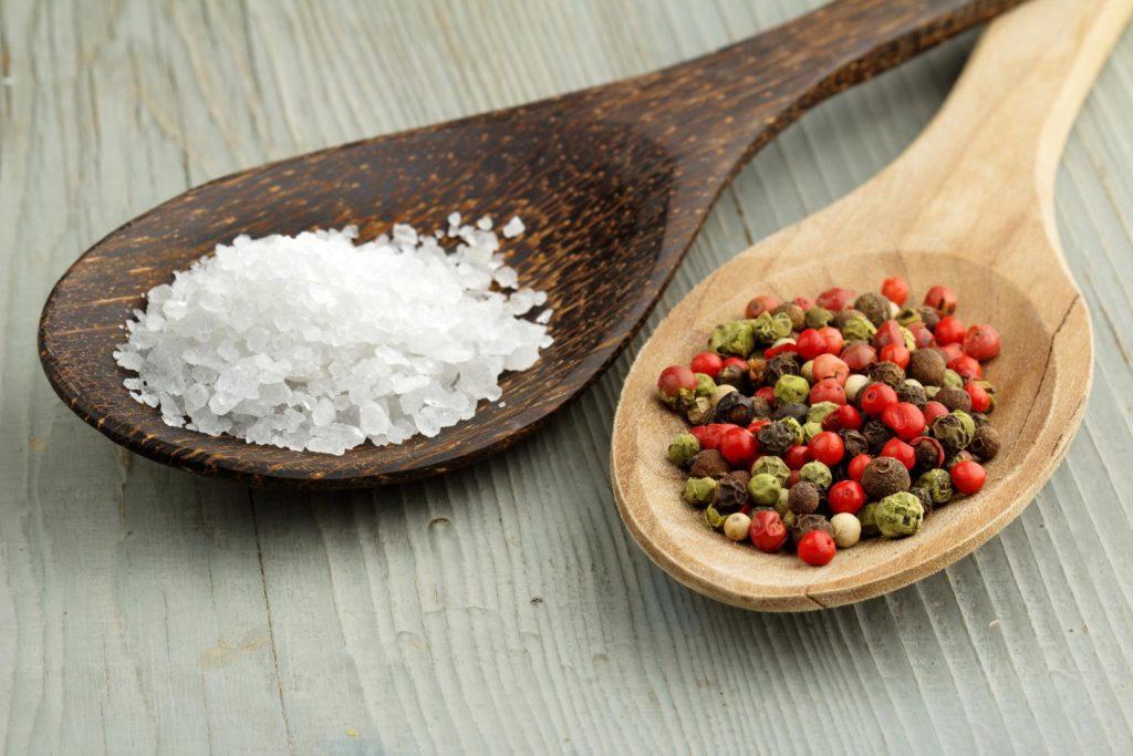 Соль и перец в деревянных ложках