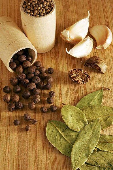 Перец горошком, лаврушка, чеснок, мускатный орех