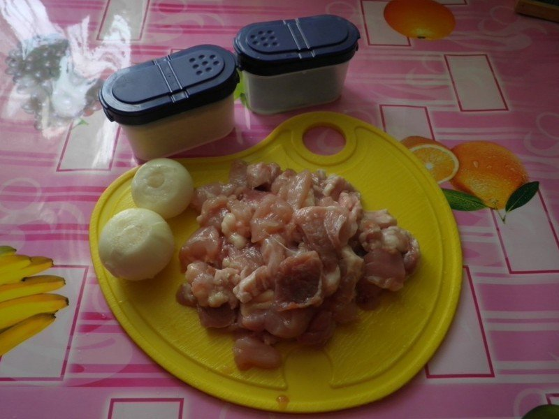 Курятина, лук и приправы