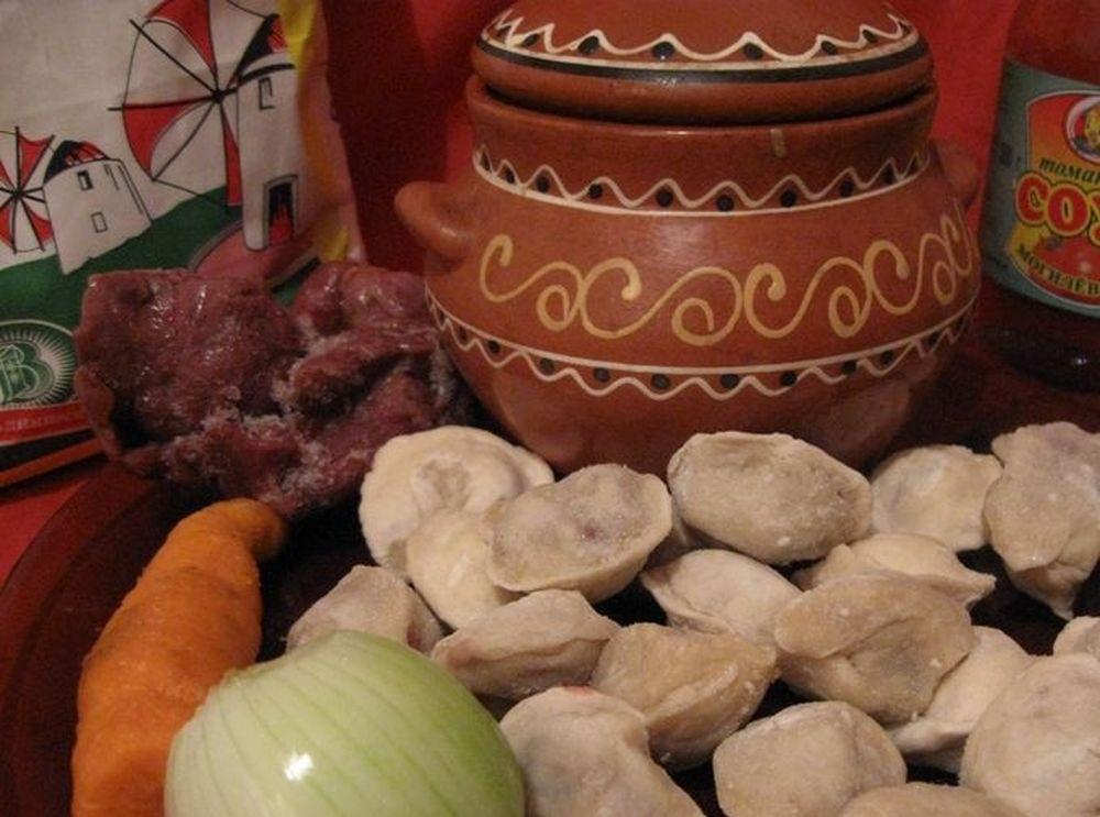 Пельмени, овощи и керамический горшок