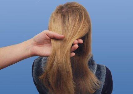 Прядь волос в руке