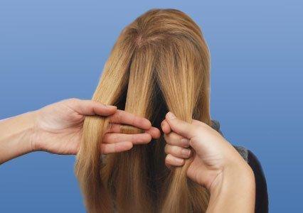 Волосы делят на три пряди