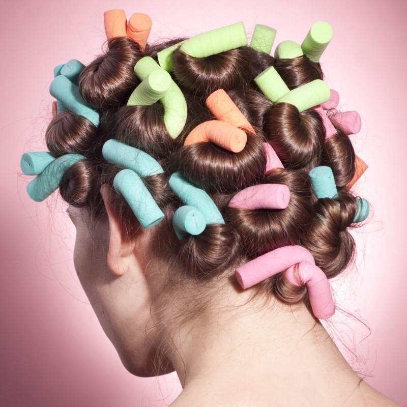 волосы средней длины, накрученные на бигуди бумеранги
