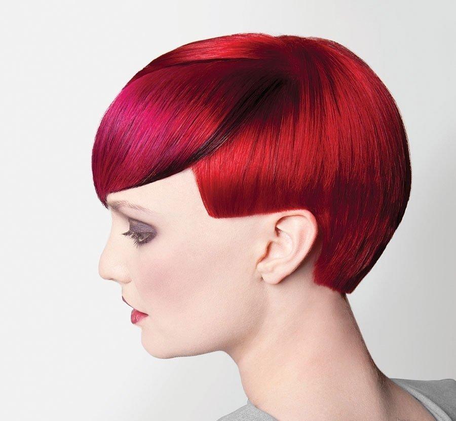 Необычный пример стрижки шапочка с яркими волосами