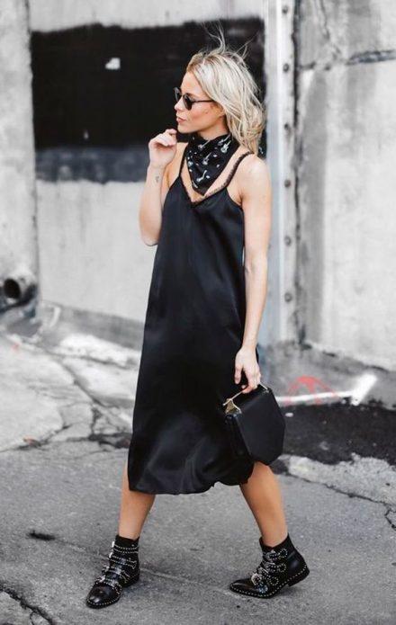 Черное платье в бельевом стиле с ботинками и платком на шее
