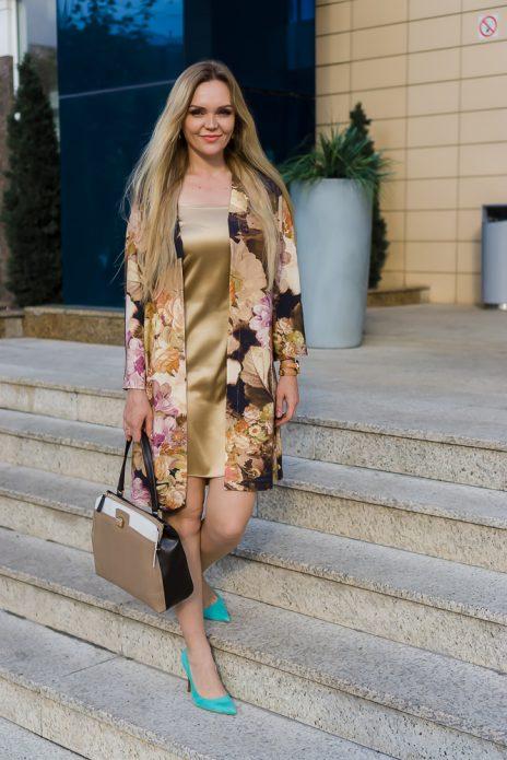Платье в бельевом стиле под тренч и каблуки