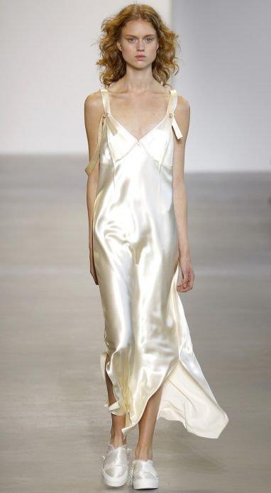 Светлое платье в бельевом стиле под кеды