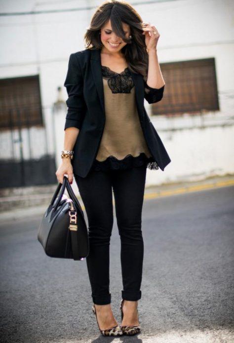 Топ в бельевом стиле под черный брючный костюм