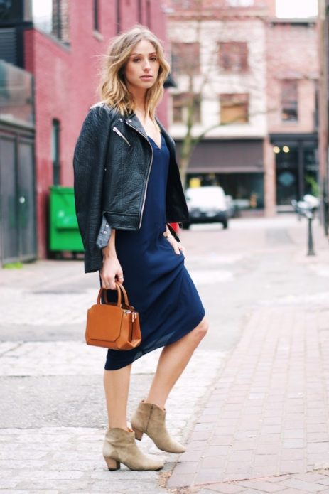 Синее платье в бельевом стиле под короткую кожаную куртку