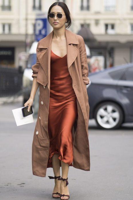 Платье в бельевом стиле под пальто