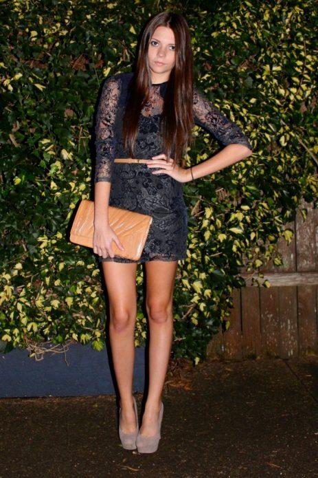 Кружевное черное платье мини с бежевыми туфлями на шпильке