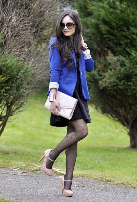 Бежевые туфли под черные колготки в горошек, черное платье и синий пиджак