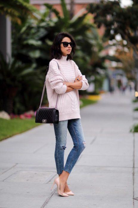 Образ кэжуал с рваными джинсами, свитером оверсайз и розово-бежевыми туфлями