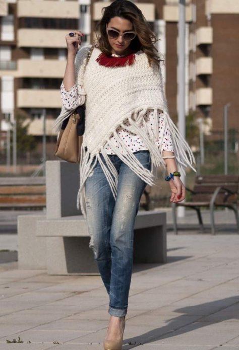 Рваные джинсы, белая кофта в горошек, вязаное пончо и бежевые туфли