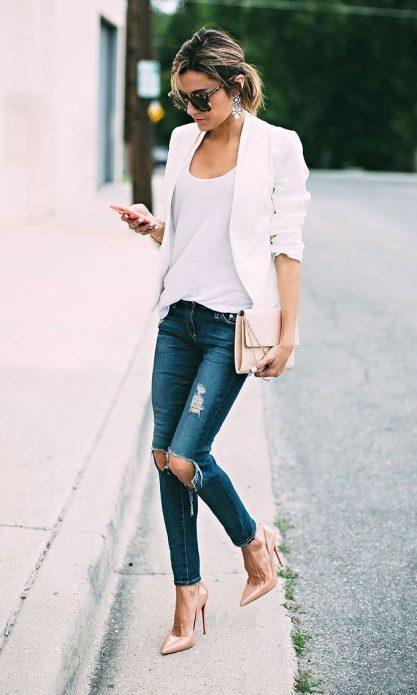Белые пиджак и футболка, рваные джинсы, бежевые туфли и клатч