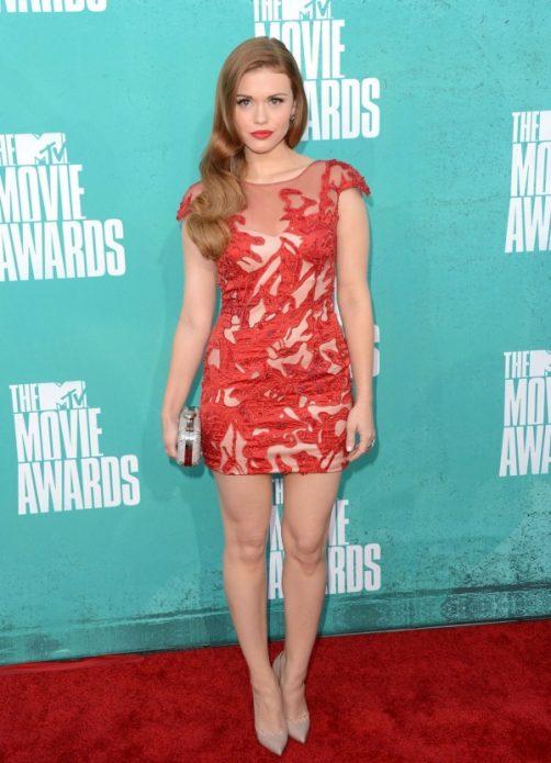 Бежевые туфли с красным полупрзрачным платьем с узорами