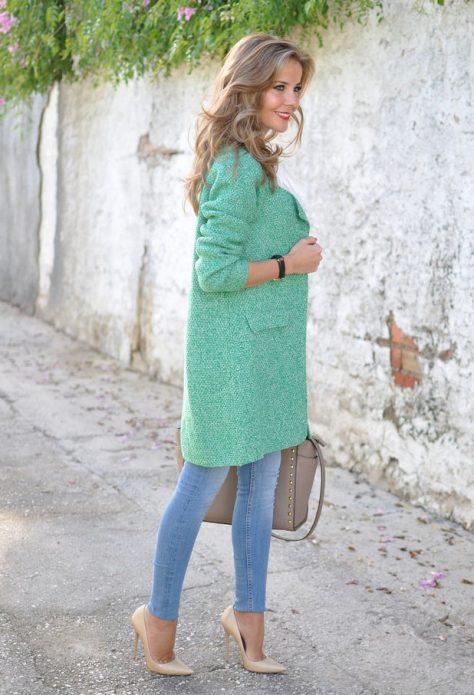 Бледно-зеленое пальто под джинсы и бежевые туфли
