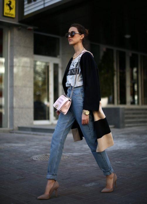 Подвернутые джинсы, бежевые туфли, футболка и тренч