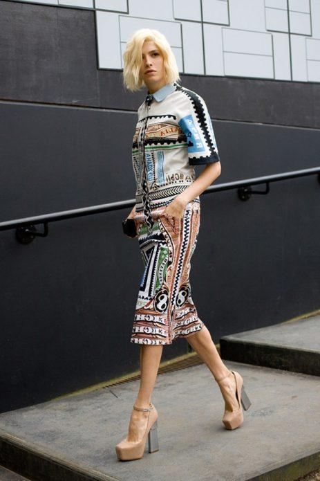 Бежевые туфли на толстом каблуке под платье с узором