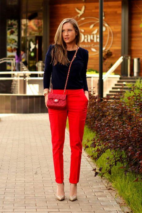 Бежевые туфли под красные брюки и синий джемпер