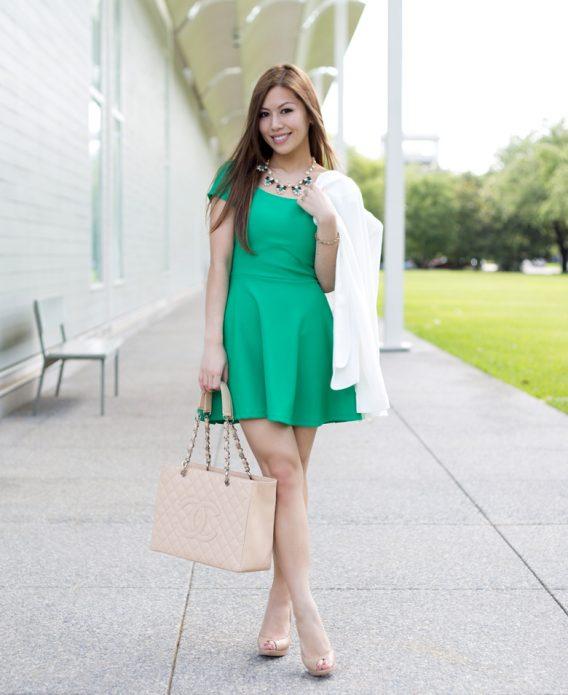 Зеленое коктйльное платье с бежевыми туфлями и сумкой