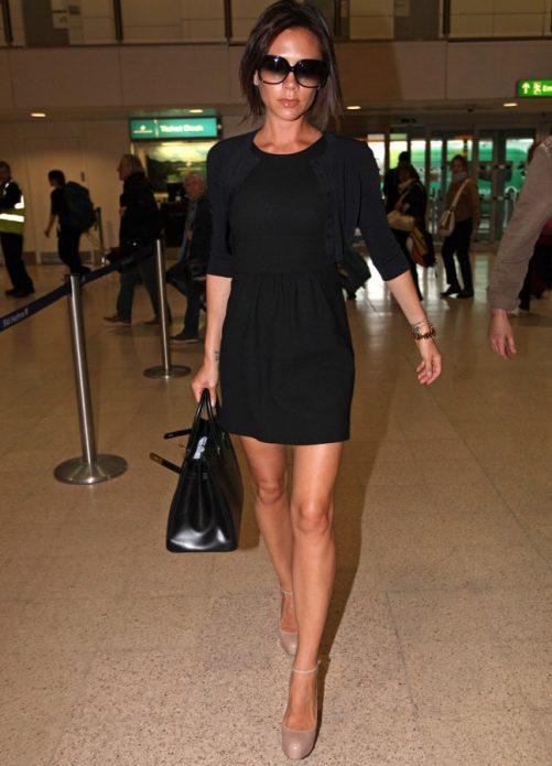 Виктория Бэкхем в черном платье с бежевыми туфлями