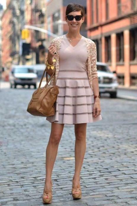 Бежевый лук с платьем, сумкой и туфлями на платформе