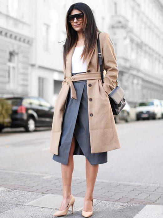Бежевое пальто и туфли под серую юбку и белую блузу