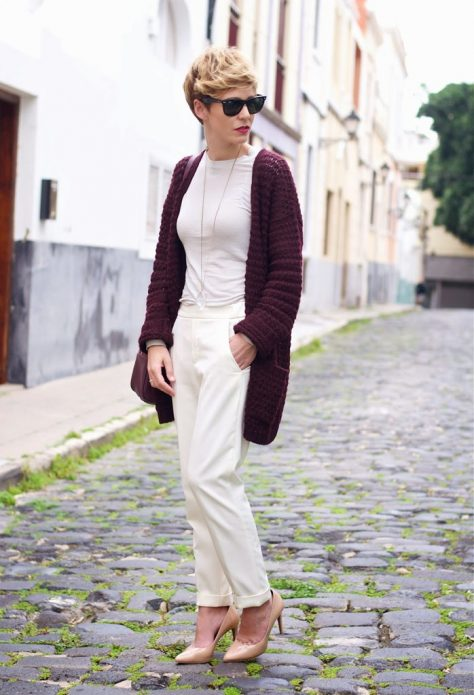 Светлые брюки и кофта, бежевые туфли и сливовый кардиган