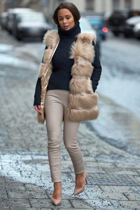 Бежевые туфли, брюки и жилетка на темно-серый свитер