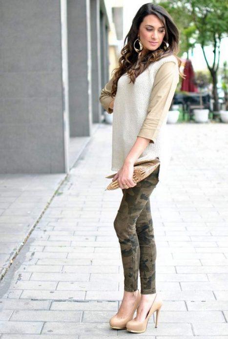 Бежевые туфли с брюками расцветки милитари