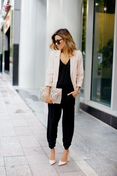 Розово-бежевые туфли и пиджак под черную блузу и брюки