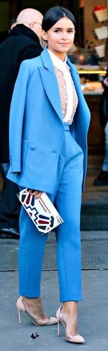 Бежевые туфли под голубой брючный костюм