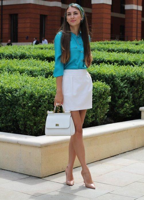 Бежевые туфли, белая сумка и юбка, голубая рубашка