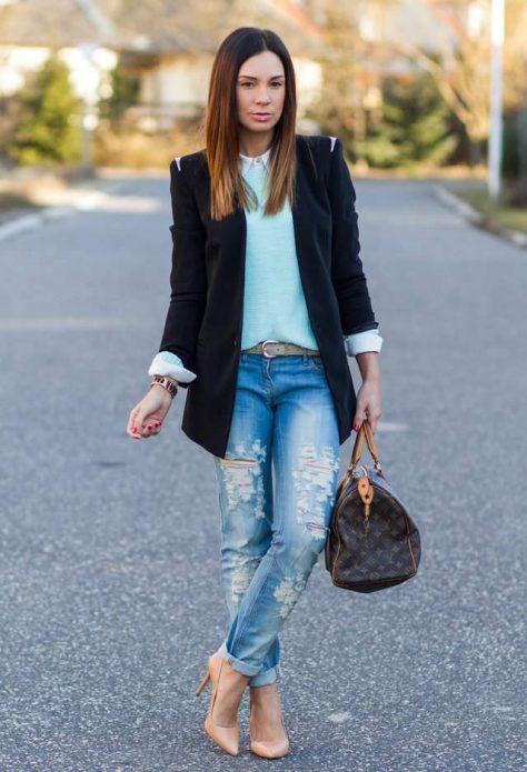 Бежевые туфли под рваные джинсы и темный пиджак