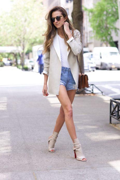 Пиджак оверсайз, джинсовые шорты и бежевые туфли с открытой пяткой