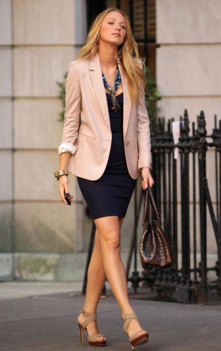 Бежевые туфли, розово-бежевый пиджак и темно-синее платье