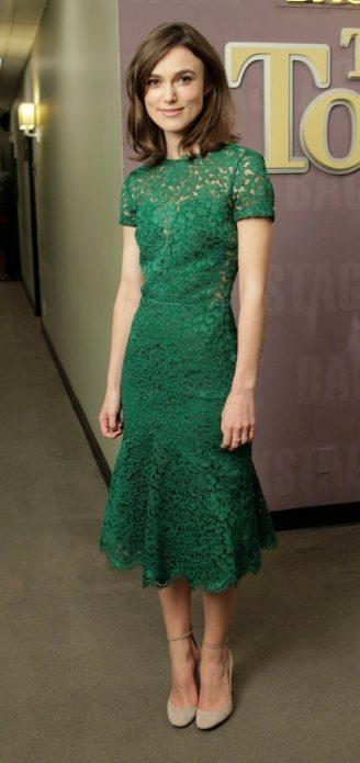 Кира Найтли в зеленом кружевном платье и бежевых туфлях с круглым носом