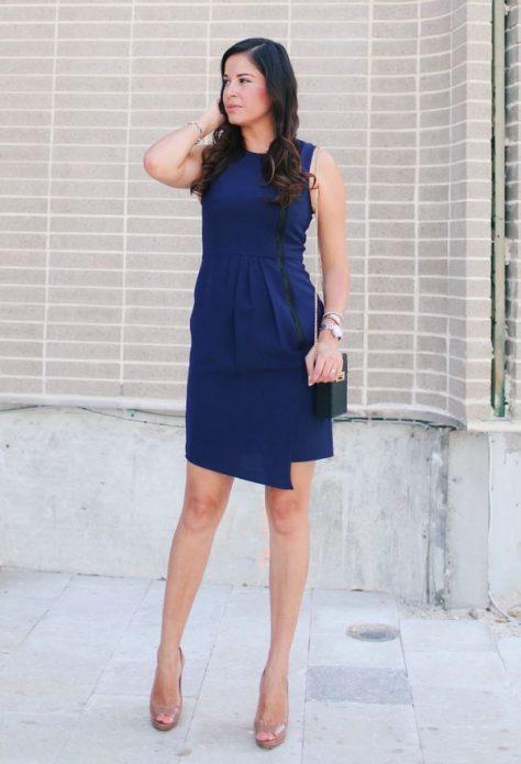 Бежевые туфли под тёмно-синее платье до колен