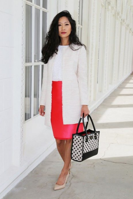 Бежевый кардиган и туфли под белую блузу и красную юбку