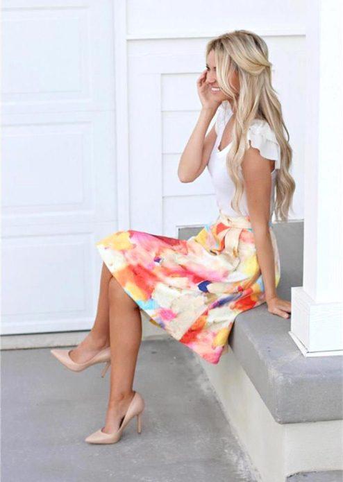 Бежевые туфли под белую футболку и яркую юбку