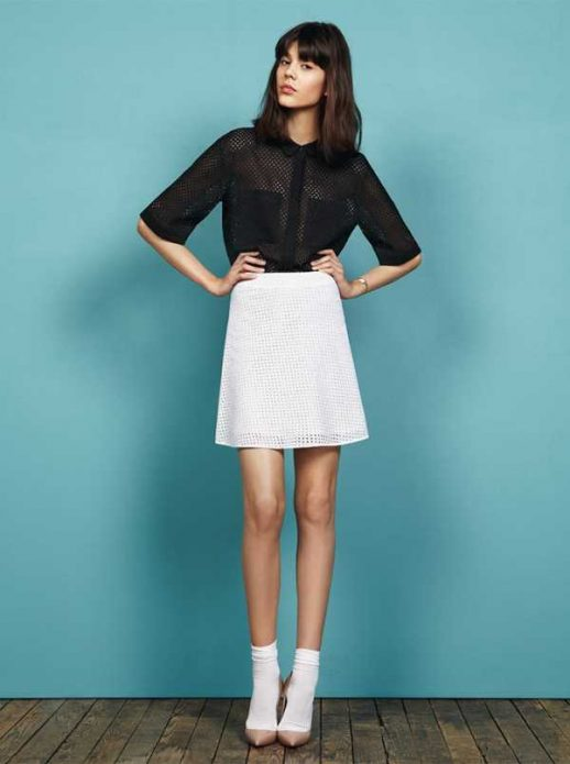 Черная рубашка, белая юбка и бежевые туфли на носки