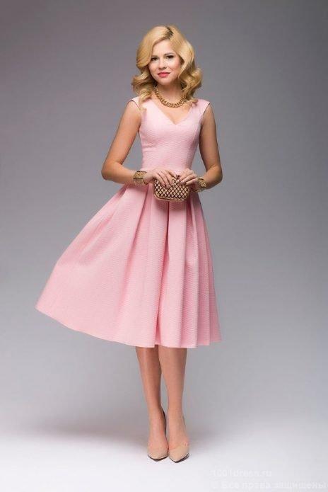 Светло-розовое платье, бежевые туфли и клатч