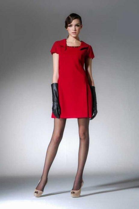Красное платье, черные перчатки и колготки, бежевые туфли