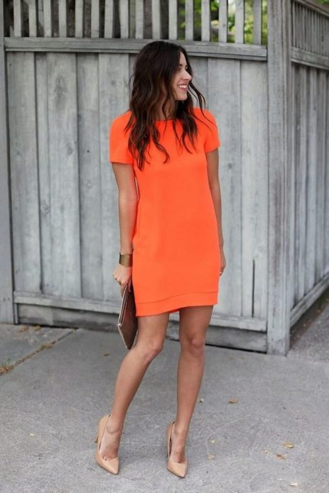Бежевые туфли и оранжевое платье