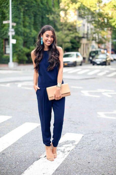Синие брюки и топ с бежевыми туфлями и клатчем