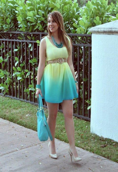 Желто-голубое неоновое коктейльное платье и бежевые туфли