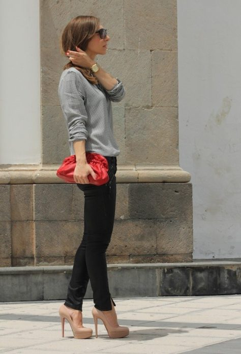 Серая кофта, черные брюки, бежевые туфли и красный клатч
